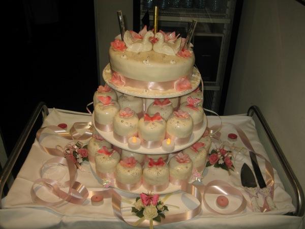 Hochzeitstorte mit kleine Törtchen - Torten - diangel.com - Torten ...