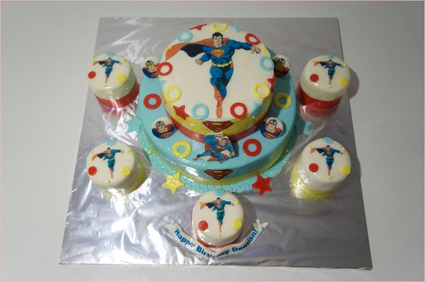 Superman Torte (2-stöckige Torte) mit Cupcakes - Torten - diangel.com ...
